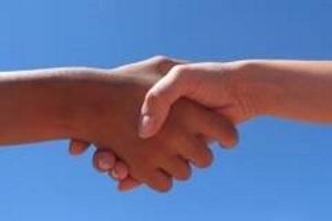 vrijwilligers-helpen-samenwerking-handen